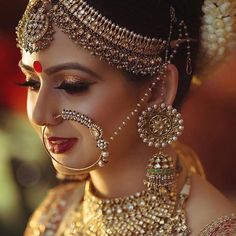 Indian wedding dress In India, the wedding rituals and clothes weding: indian bridal jewelry Indian Bridal Fashion, Indian Bridal Makeup, Indian Wedding Jewelry, Indian Jewelry, Bridal Makeup Pics, Bridal Pics, Indian Weddings, Moda Indiana, Bridal Nose Ring
