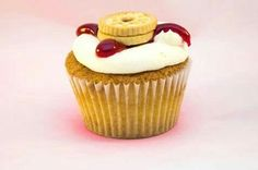Jammy Dodgem A vanilla sponge with a vanilla buttercream topped with smooth raspberry jam and a mini jammy dodger.