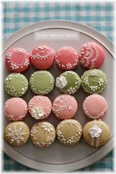 cute French macarons with lace detailing! Macaron Cookies, Macaron Recipe, Cupcake Cookies, Cookie Recipes, Dessert Recipes, Desserts, Cupcakes Decorados, French Macaroons, Gateaux Cake