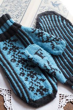 """Personalized Mittens Pattern (notice the """"F"""" on the thumb) Could be easily be made as fingerless mitts or convertible mitts.  Very pretty! :o)"""