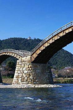 Old Samurai Bridge in Iwakuni, Japan. Places Around The World, Around The Worlds, Civil Engineering, Engineering Projects, Across The Bridge, Bridge Design, Covered Bridges, Pedestrian, Scenery