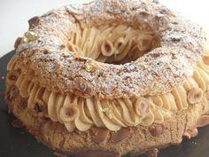 Le Paris-Brest est un classique de la pâtisserie Française et c'est pour moi l'un des gâteaux les plus gourmands ( l'un des plus riches, aussi… ). Esthétiquement on reste dans la tradition, c'est comme ça que je le préfère, tellement généreux, ça fait vraiment gâteau de fête.On retrouve la pâte à choux, un petit craquelin, une crème mousseline au praliné, et pour encore plus de gourmandise et de texture: un croustillant praliné et quelques noisettes torréfiées. Recette pour un…