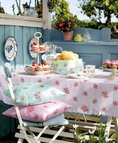 Shabby chic al fresco dining Cottage Porch, Rose Cottage, Shabby Chic Cottage, Vintage Shabby Chic, Shabby Chic Style, Shabby Chic Decor, Cottage Style, Lavender Cottage, Vintage Linen