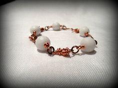 White agate and copper handmade bracelet di SbarluccicosoShop, €12,00