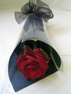 my God. Single Flower Bouquet, My Flower, How To Wrap Flowers, Love Flowers, Wedding Flowers, Single Red Rose, Bouquet Wrap, Flower Packaging, Valentines Flowers