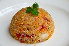 Une bonne salade complète et vegan! On peut la manger en entrée en accompagnement de grillade ou en plat complet végétarien. Ingrédients pour 4 personnes : 150 g de quinoa cru 150 g de lentilles corail 2 oignons cebettes 2 tomates 1/2 poivron rouge un...