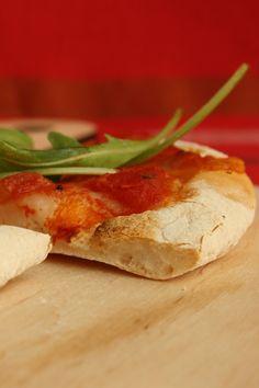 pizzakövön sült pizza Serbian Recipes, Camembert Cheese, Pizza, Mint, Food, Essen, Meals, Yemek, Eten