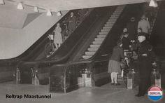 Rotterdam - De roltrappen van de Maastunnel omstreeks 1957. Onder toeziend oog van oom agent