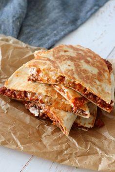 I dag er det tid til nogle lækre quesadillas med kødsauce, cheddar og creme fraiche. De er super nemme at lave og smager bare skønt :-)