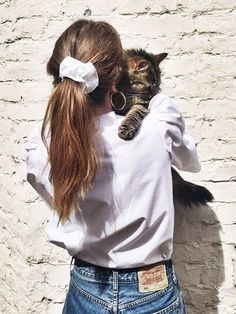 Yes, we want to wear hair ties; No, we have not lost our mind - Trend Scrunchie Hairstyles 90s Hairstyles, Pretty Hairstyles, Scrunchy Hairstyles, Evening Hairstyles, Hairdos, Look Cool, Hair Ties, Hair Inspo, Hair Lengths