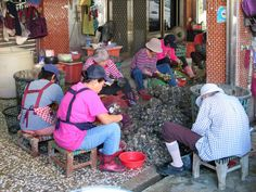 These Chinese workers are shucking oysters on Anping Road in Tainan, Taiwan. Sun Moon Lake, Shucking Oysters, Taipei, Chinese, Creatures, Characters, Chinese Language