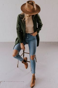 Blair Clutch Coat Elegant Coats for Fall – Dark Green Coat Outfits With Hats, Mode Outfits, Casual Outfits, Fashion Outfits, Green Outfits, Casual Ootd, Outfits With Black Jeans, Casual Brunch Outfit, Over 40 Outfits
