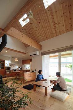 吹抜けの開放感が気持ちいい南面のワイドリビング。大きな窓からは、四季折々の庭の景色を楽しむことができる Modern Japanese Interior, Japanese Home Decor, Home Room Design, Interior Design Kitchen, House Design, Bedroom Minimalist, Minimalist Home, Japanese Living Rooms, Muji Home
