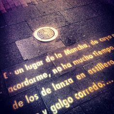 Bajando por Huertas, grandes literatos del barrio, como Luis de Góngora, Francisco de Quevedo o Gustavo Adolfo ponen palabras al suelo y paredes de la calle