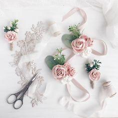 Nedime bilekiği Wrist Flowers, Prom Flowers, Bridal Flowers, Bridesmaid Corsage, Corsage Wedding, Wedding Bouquets, Floral Wedding, Diy Wedding, Wedding Gifts