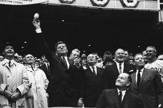1962. 9 Avril.  President Kennedy throws the first pitch of the 1962 baseball season at a Washington Senators game, in Washington, D.C.
