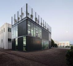 Este pabellón anexo a unas instalaciones existentes quiere dar respuesta a dos necesidades puntuales.