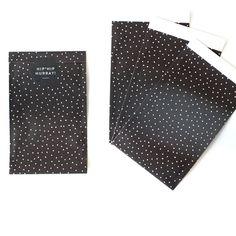Weil so viele von euch gefragt haben, bieten wir unser schönes Verpackungsmaterial, das wir für eure Einkäufe verwenden, jetzt auch zum Kauf an! Sind die nicht hübsch? Die Papiertüten in schwarz mi…