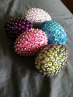 My sequin eggs Egg Crafts, Easter Crafts, Holiday Crafts, Diy And Crafts, Homade Christmas Ornaments, Christmas Balls, Sequin Ornaments, Ball Ornaments, Easter Tree