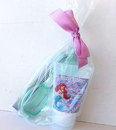 Compre Kit com Creme, Pente e Óculos de natação Ariel no Elo7 por R  8,00    Encontre mais produtos de Lembrancinhas de Aniversário Infantil e  Aniversário e ... d9493fb8fb