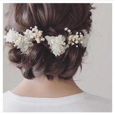 . . おすすめブライダルヘア花飾りがとってもキュート後ろ姿に釘付けになりますね! . . #hair #wedding #weddinghair #bridal #myreco #ウェディング #ウェディングヘアスタイル #ウェディングヘア #花嫁 #編み込み #結婚式 #ヘアアレンジ #花飾り #マイリコ .