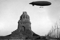 Völkerschlachtdenkmal 1915 mit Luftschiff