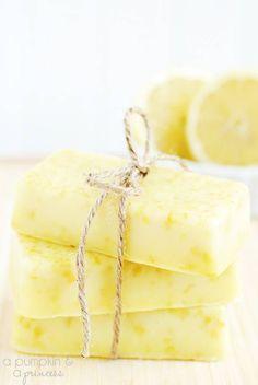 Savon au citron fait maison - Guide Astuces : Ces barres de savon doux et gourmand au citron sont faciles à faire et idéales à offrir à vos proches. Il vou