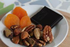 Simpel gezond tussendoortje: noten, gedroogd fruit en een stukje pure chocolade