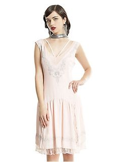 The 1920s style of Fantastic Beasts And Where To Find Them : Queenie-inspired pale pink, chiffon drop-waist flapper dress from Hot Topic