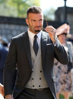 David & Victoria Beckham Attend Their Second Royal Wedding!: Photo David Beckham and Victoria Beckham are one stylish couple while arriving for the Royal Wedding at St. George's Chapel at Windsor Castle on Saturday morning (May… David Beckham Terno, Estilo David Beckham, David Beckham Style, David Beckham Wedding, David Beckham 2018, David Beckham Fashion, David Beckham Suit, Mens Fashion Suits, Mens Suits