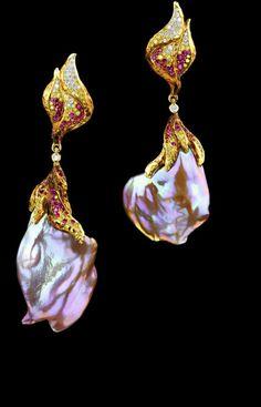 Jewellery Theatre: Jewellery Elements Pendant, 18k Yellow gold, diamonds, coloured diamonds, pink baroque pearl.