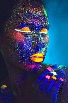 La pintura luminosa es tan efectiva para photoshoot como para fiestas o eventos en los que quieras hacerte ver.