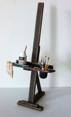 Miniature Artist Easel 1 inch dollhouse scale by MarquisMiniatures Miniature Crafts, Miniature Houses, Miniature Dolls, Miniature Furniture, Doll Furniture, Dollhouse Furniture, Minis, Vitrine Miniature, Mini Things