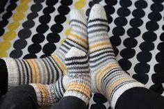 Tein pojalleni samanlaiset raitasukat, jotka itselleni neuloin aiemmin kesällä. Lankana siis Novitan 7 veljestä valkoisena sekä r... Knitting Socks, Marimekko, Knit Crochet, Sewing, Crocheting, Crafts, Cold Feet, Knits, Fabrics