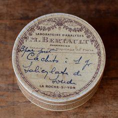 フランス 丸い薬の紙箱 M.BERTAULT
