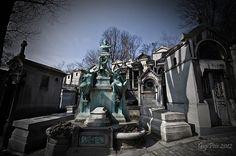 Cimitero di Père-Lachaise All'inizio del XIX secolo, l'amministrazione napoleonica decise di vietare, a salvaguardia della sanità pubblica, il seppellimento dei morti negli spazi urbani. Così nuovi cimiteri sostituirono, a Parigi, i vecchi. La prima ad esservi sepolta fu una bambina di cinque anni. Il cimitero fu aperto ufficialmente il 21 maggio 1804 ma i parigini furono restii a farsi seppellire in collina, e per giunta fuori città, finché non furono trasferite al Père-Lachaise le spoglie…