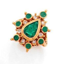 RENÉ BOIVIN: Bague en or jaune, ornée en serti clos d'une émeraude taillée en poire dans un double entourage perlé de diamants taillés à l'ancienne et d'émeraudes rondes. Travail de la maison Boivin. Exécutée vers 1950.