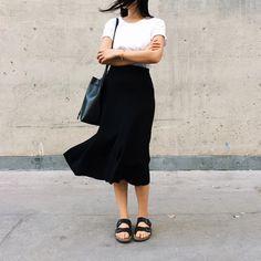 essamble casual b&w midi skirt Fashion Moda, Work Fashion, Modest Fashion, Womens Fashion, Style Fashion, Birkenstock Outfit, Skirt Outfits, Neue Trends, Minimalist Fashion