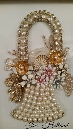 If you want to buy or collect vintage costume jewelry, learn what to look for and where to look. There is something for who is interested in vintage jewelry. Costume Jewelry Crafts, Vintage Jewelry Crafts, Recycled Jewelry, Vintage Costume Jewelry, Antique Jewelry, Victorian Jewelry, Vintage Jewellery, Jewelry Frames, Jewelry Tree