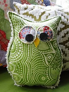 So cute Owl pillow... Good idea for scraps
