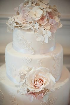 This is gorgeous. Vintage wedding cake。 Re-pin if you like. Via Inweddingdress.com #weddingcakes #vintage