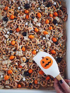 Halloween Fingerfood, Halloween Party Snacks, Halloween Birthday, Happy Halloween, Halloween Buffet, Halloween Pumpkins, Garfield Halloween, Christmas Finger Foods, Christmas Crunch