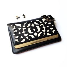 My must-have for this summer! A lovely black and white clutch with our brooch and cufflinks black and gold !