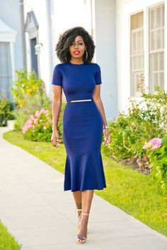 gorgeous blue dress, fitted on the waist, trumpet skirt