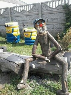 """33 Gorgeous Garden Scarecrow Ideas - Why not take some basic household items or even """"trash"""" and turn them into one-of-a-kind, beautiful garden art? Garden art, like all art, is often in . Garden Crafts, Garden Projects, Wood Projects, Woodworking Projects, Garden Ideas, Woodworking Plans, Yard Art Crafts, Garden Boxes, Decor Crafts"""