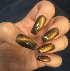 Golden cat-eye design. The cat-eye designs are taking off on social media. Click above to get 23 more designs. #cateyenails #nails #naildesigns