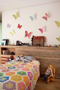 Borboletas na parede – O processo é o mesmo do varal, porém escolha moldes maiores, recorte e cole na parede com fita banana ou dupla face.