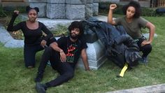 Residents pose with toppled Confederate soldier statue. | Foto: Twitter / @DerrickQLewis
