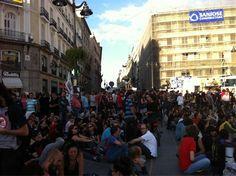 """Fecha: 31/5/11. Hora: 20.26. Tuit original: """"Así está la zona donde va a celebrarse la asamblea de #acampadaSol En plazas cercanas hay comisiones reunidas""""."""