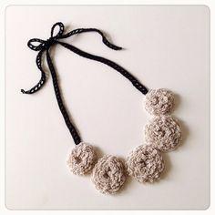 ご覧いただきましてありがとうございます! こちらは、かぎ針編みでくるくると編み進めた柔らかなお花をつなげたオリジナルネックレスです。 ふんわり&もこもこ、立体... ハンドメイド、手作り、手仕事品の通販・販売・購入ならCreema。